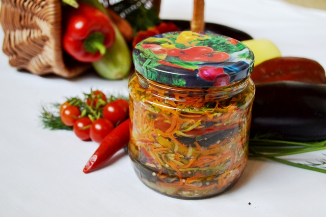 фото к рецепту салата на зиму из баклажан с перцем и морковью