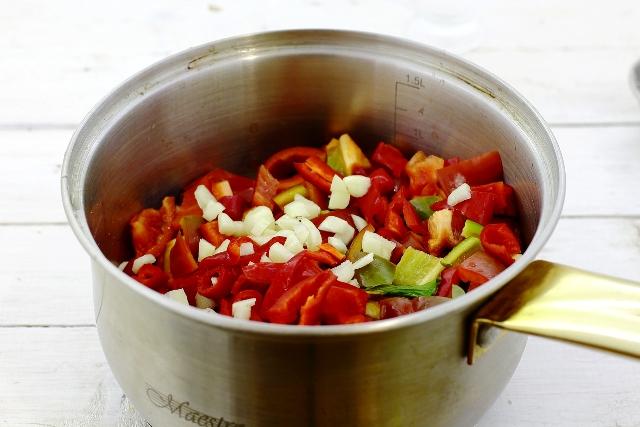 фото измельченных ингредиентов для приготовления острого томатного соуса