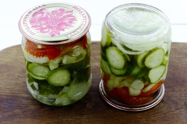 фото готового консервированного салата из огурцов с помидорами и болгарским перцем