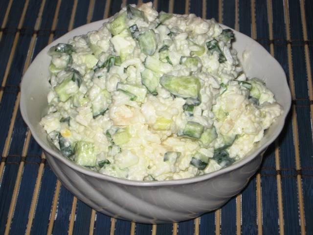 Салат с кальмарами рисом и огурцом