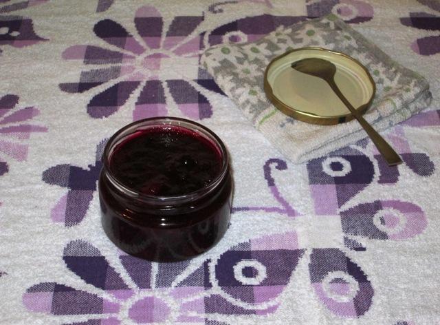 фото к рецепту джема из черной смородины, малины и абрикосов
