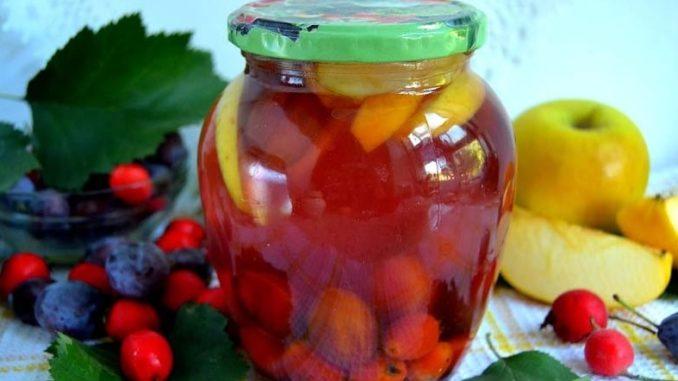 фото к рецепту компота на зиму из яблок, слив и боярышника