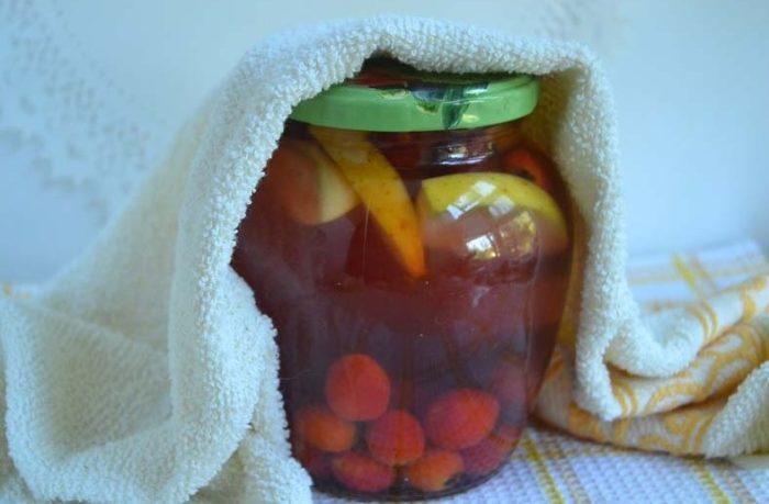 закатываем компот из яблок с боярышником и сливами