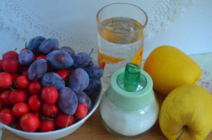 фото ингредиентов для приготовления компота из боярышника и яблок со сливами