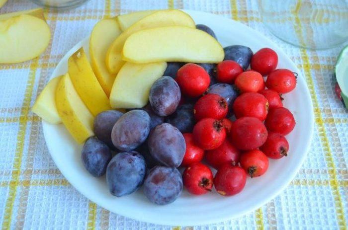 подготовим ингредиенты для компота из боярышника, яблок и слив