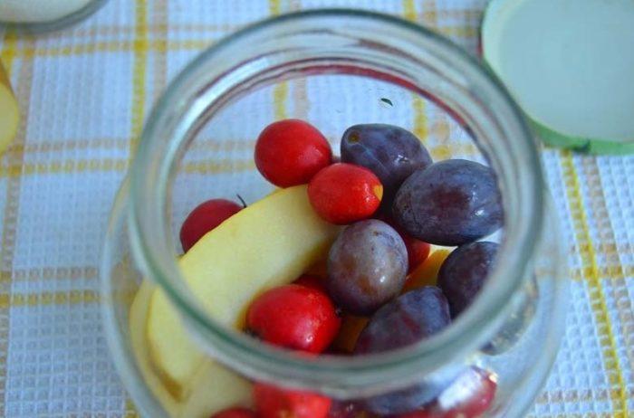 наполняем банку фруктами и ягодами