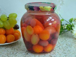фото к рецепту виноградного компота с алычой на зиму