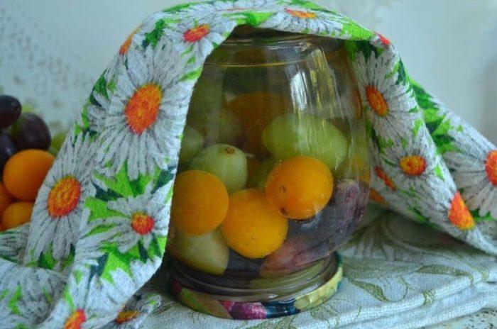 фото готового компота из винограда и алычи на зиму