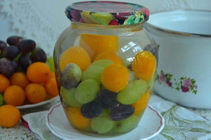 заливаем водой банки с ягодами