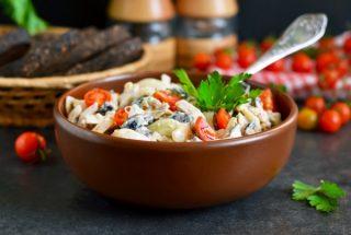 Куриный салат с помидорами и сыром фото