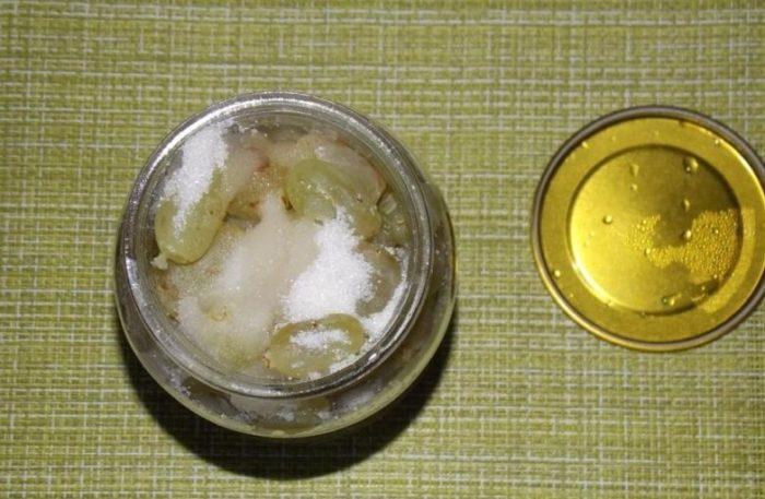 добавляем соль, сахар и уксус в банки с виноградом