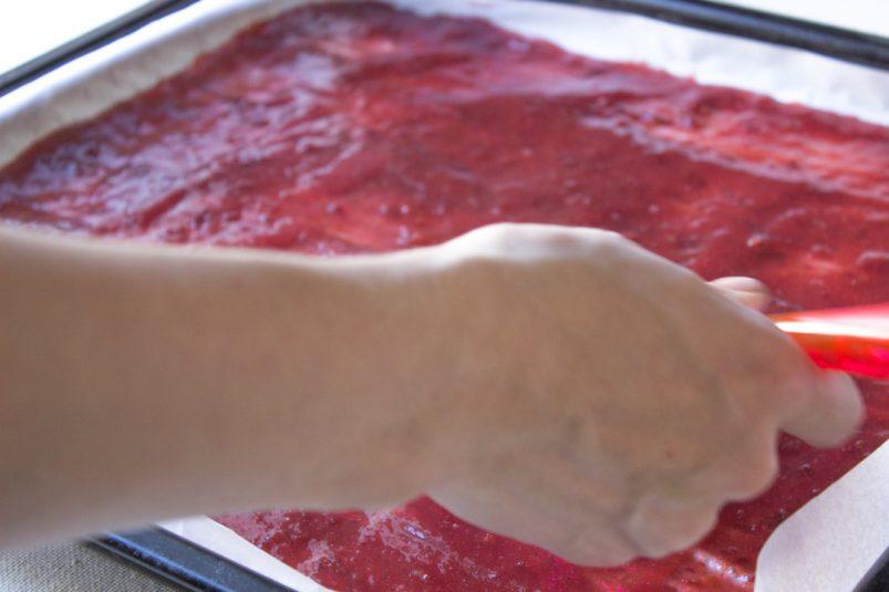 Ровный слой пюре для приготовления пастилы