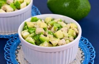 Салат с куриной грудкой и авокадо фото