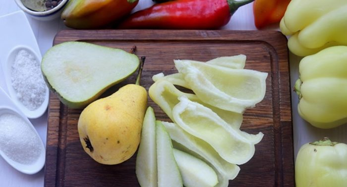 режем сладкий перец и груши для заготовки на зиму