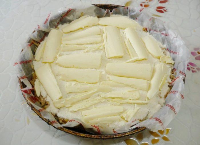 выкладываем сливочное масло поверх пирога