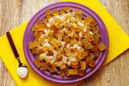 Выложите цукаты на блюдо и пересыпьте сахаром