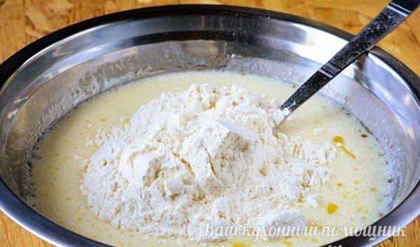 добавляем муку в тесто