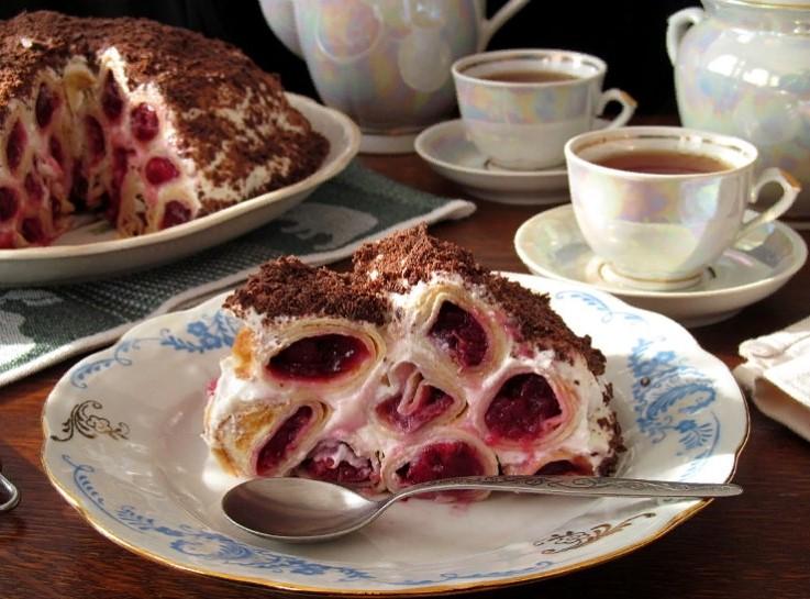 фото блинного тортика со сметанным кремом и вишней