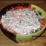 Салат из редьки со сметаной, сырой морковью и зеленым луком