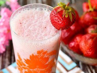 фото к рецепту молочного коктейля с клубникой