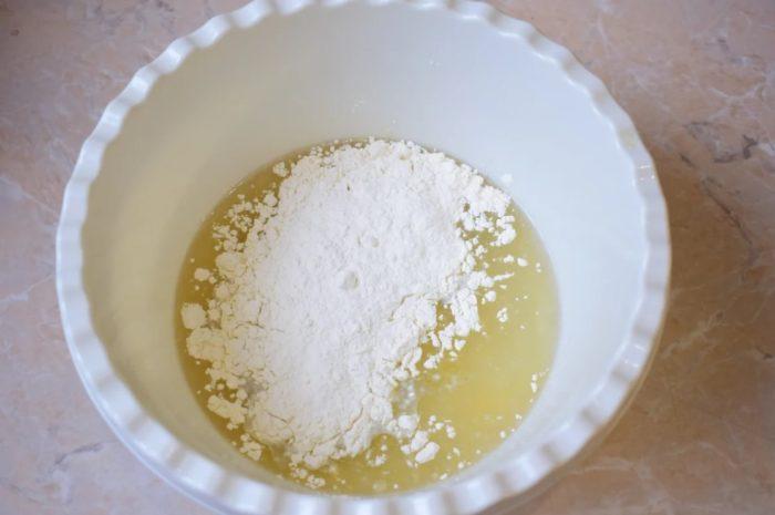 добавление муки в тесто для пирога-галеты фото