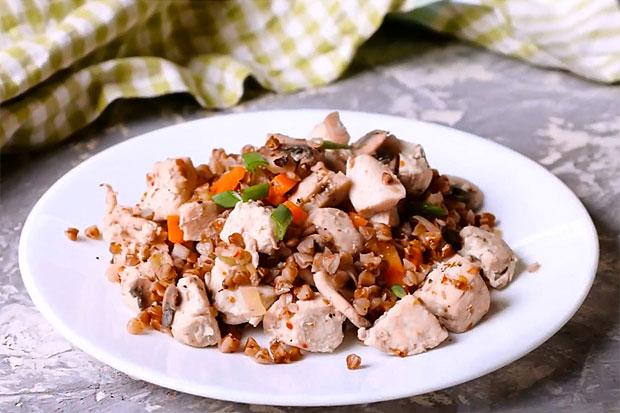 Гречка с грибами и куриным филе: дешевый вкусный ужин
