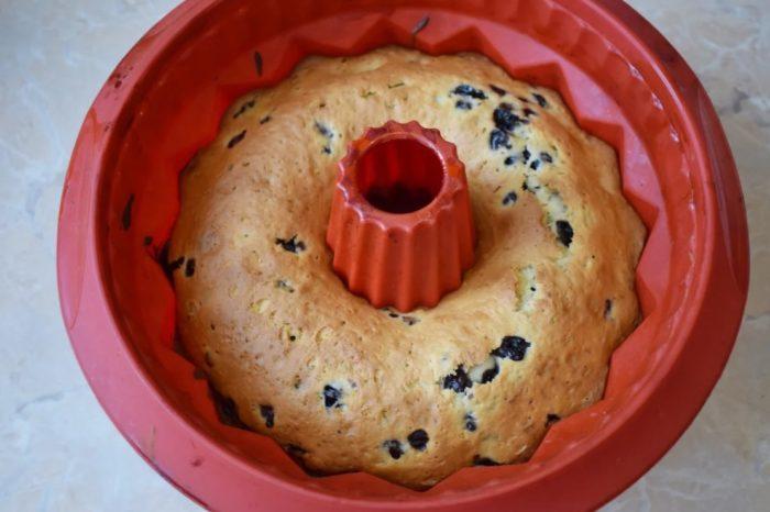 фото готового черничного кекса в форме для выпечки