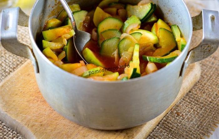 фото нарезанных овощей в томатной заливке перед термообработкой