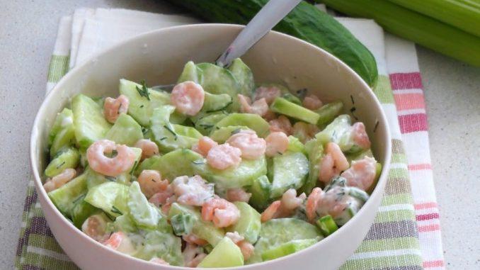 фото к рецепту салата из огурцов с креветками и зеленью