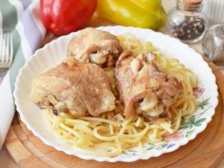 фото к рецепту куриных бедрышек тушеных с луком