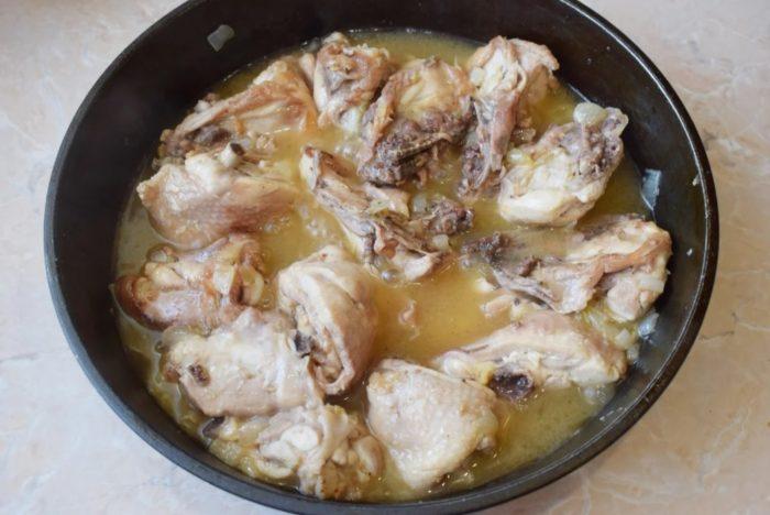 фото тушеных куриных бедрышек с луком