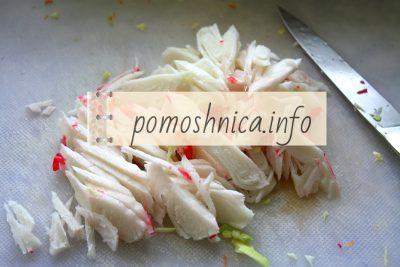 нарезка крабовых палочек на салат
