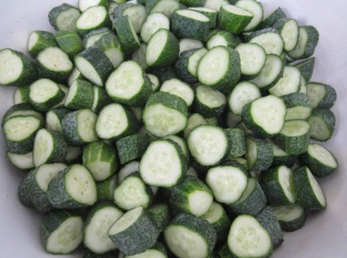 фото резаных огурцов для приготовления салата в помидорной заливке