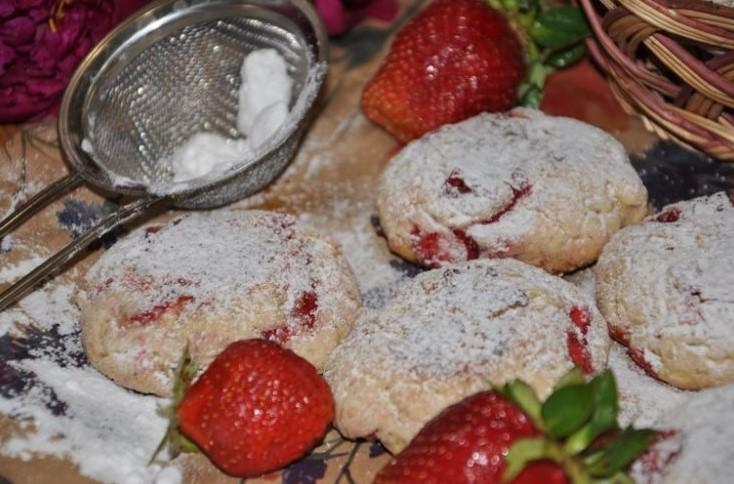фото вкусного клубничного печенья на сливочном масле