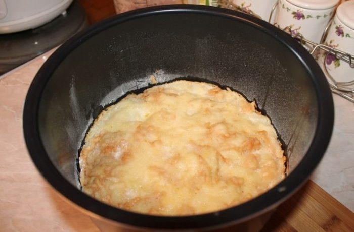 фото насыпного пирога с яблоками испеченного в мультиварке от сайта pomoshnica.info