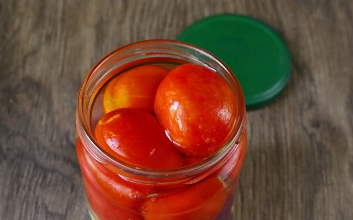 приготовление консервированных помидор с яблоками в банках фото