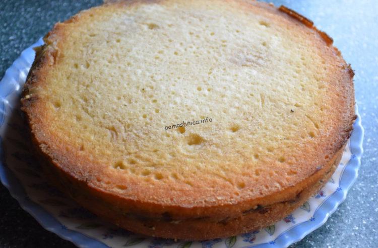 фото процесса извлечения капустного заливного пирога из формы