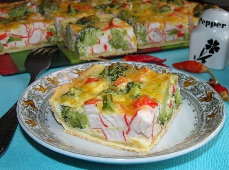 фото кусочка пирога с начинкой из брокколи и крабовых палочек