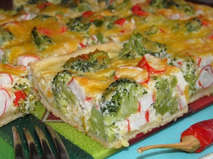 фото готового пирога с крабовыми палочками, сыром и брокколи