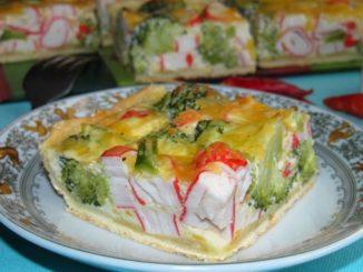 фото к рецепту пирога с брокколи и крабовыми палочками