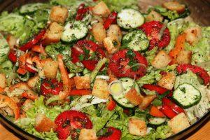 Салат из свежих овощей с сухариками, чесноком и оливковым маслом