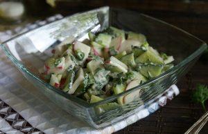Салат из огурцов и редиски с весенней зеленью диетический