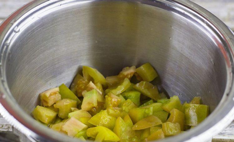 режем зеленые помидоры для салата