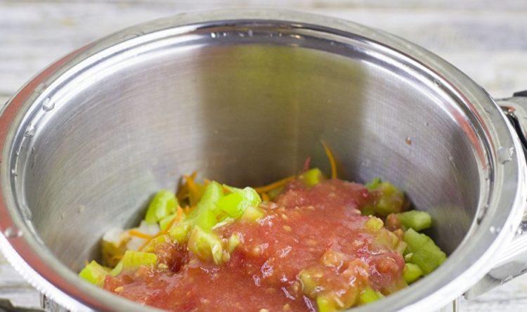 в емкость с будущим салатом добавляем томатный сок