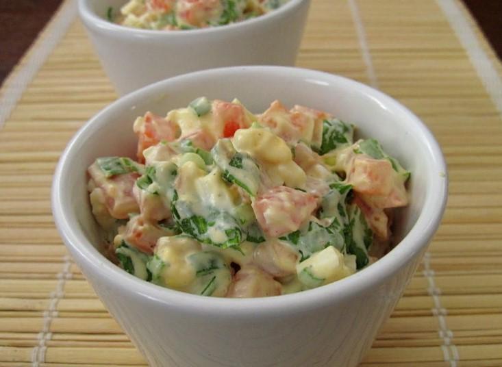 фото к рецепту салата из вареной моркови с зеленым луком и яйцами