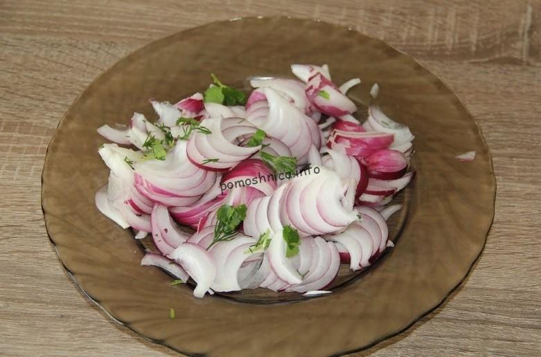 фото нарезанного репчатого лука для приготовления салата с фасолью и курицей
