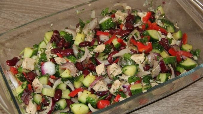 фото к рецепту салата из фасоли с курицей и свежим огурцом