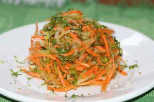 Хрустящий салат с зеленой редькой, морковью и жареным луком