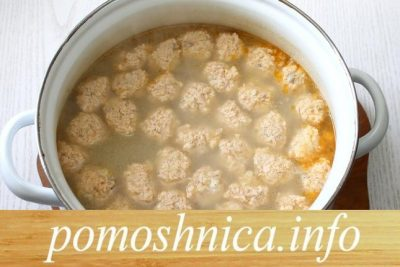 суп с рыбными фрикадельками в кастрюле фото