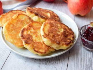 фото к рецепту яблочных сырников с манкой на сковороде